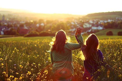 2-women-holding-hands