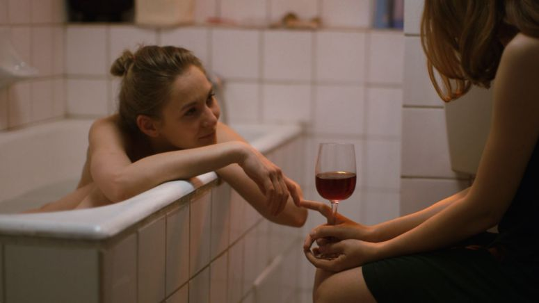 Cateva-conversatii-despre-o-fata-foarte-inalta-feature-image