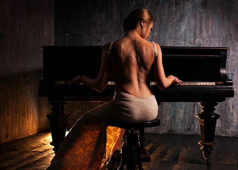 Blonde_Emma_Piano_Dress_Play